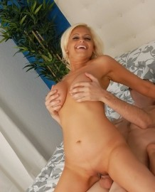 Blonde mom Holly Brooks fuck scenes!