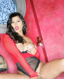 Red lingerie Sunny Leone hot pictures!