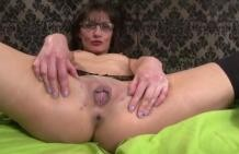 Mom doing threesome with horny young guys!